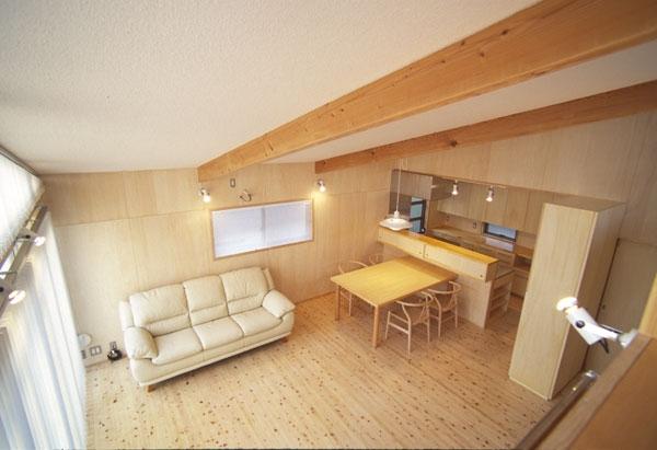 ヒノキの床の心地よい 2階リビング (ロフトからながめたリビング)