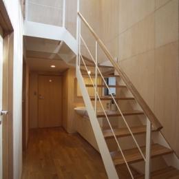 ヒノキの床の心地よい 2階リビング (1階の廊下から2階へ)