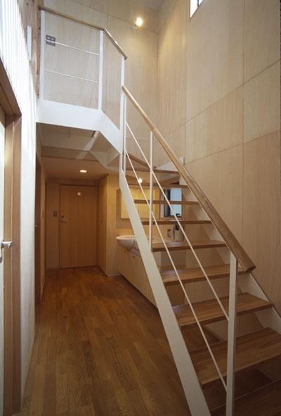 1階の廊下から2階へ (ヒノキの床の心地よい 2階リビング)
