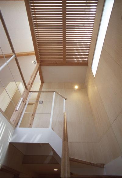 ヒノキの床の心地よい 2階リビングの部屋 階段を見上げるとロフトが