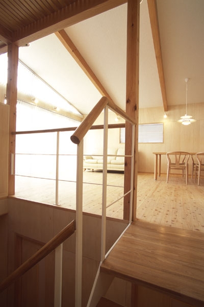 ヒノキの床の心地よい 2階リビングの部屋 階段を上がるとリビングが広がる