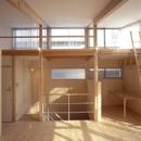 ヒノキの床の心地よい 2階リビングの写真 リビングから階段室を見る