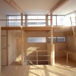 ヒノキの床の心地よい 2階リビング (リビングから階段室を見る)