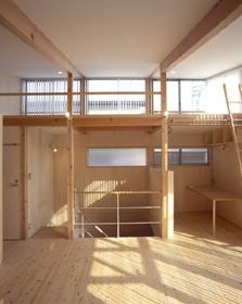 ヒノキの床の心地よい 2階リビングの部屋 リビングから階段室を見る