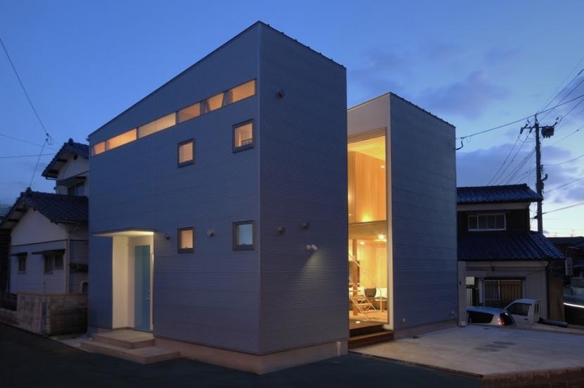大潟の家 (外観北西面(夕景))