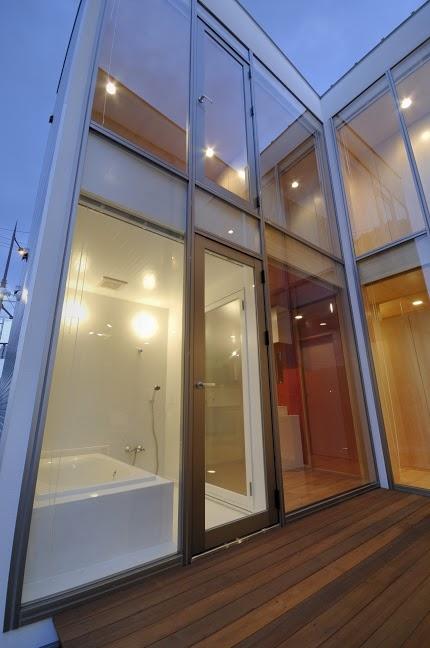 大潟の家 (テラスより浴室を望む)