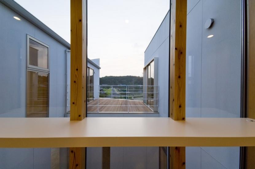 宿郷の家 (2階廊下よりテラスを見る)
