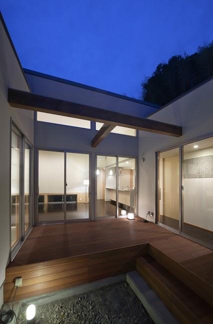 小森橋の家の部屋 中庭(夕景)