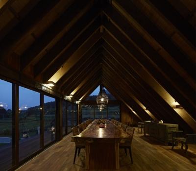 5mの1枚板テーブルのあるダイニング3(夜景) (阿蘇・Villa B)