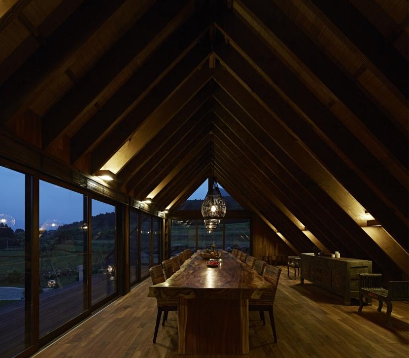 阿蘇・Villa Bの部屋 5mの1枚板テーブルのあるダイニング3(夜景)