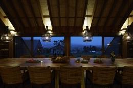 阿蘇・Villa B (5mの1枚板テーブルのあるダイニング4(夜景))
