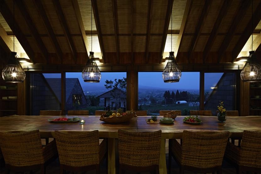 阿蘇・Villa Bの部屋 5mの1枚板テーブルのあるダイニング4(夜景)