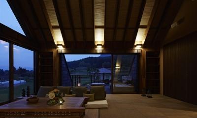 棚田に面したリビング(夜景)|阿蘇・Villa B