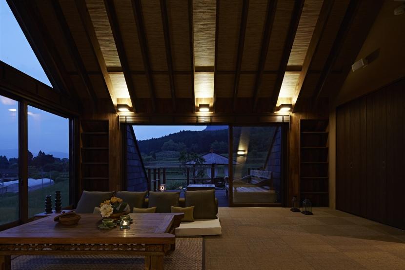 阿蘇・Villa Bの部屋 棚田に面したリビング(夜景)