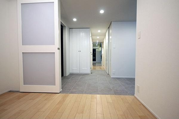 K邸リノベーション (玄関へと続く廊下)