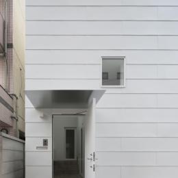 曙橋の家 / 都心の小さな家-外観 / ポーチから玄関を見る