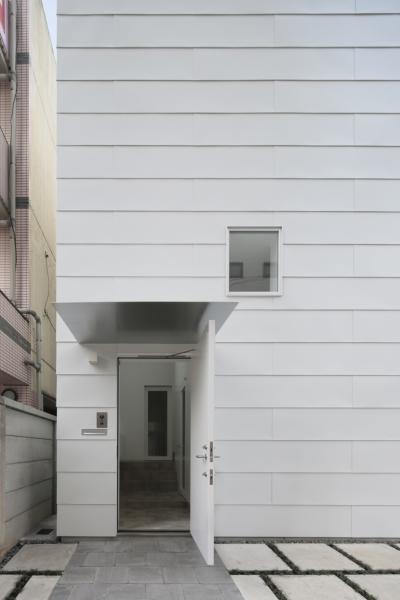 曙橋の家 / 都心の小さな家 (外観 / ポーチから玄関を見る)