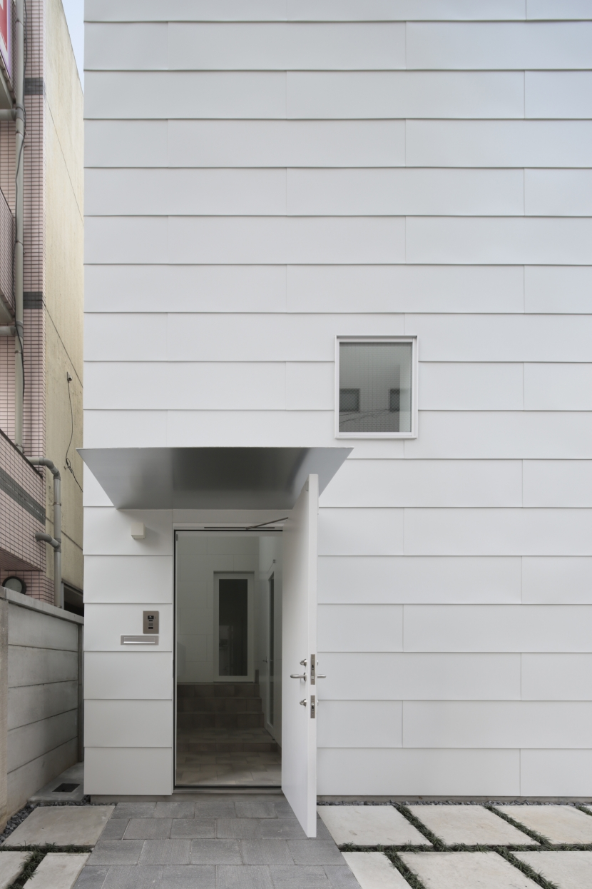 曙橋の家 / 都心の小さな家の写真 外観 / ポーチから玄関を見る
