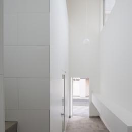 曙橋の家 / 都心の小さな家 (玄関 / 玄関から外を見る)