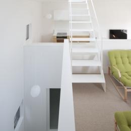 曙橋の家 / 都心の小さな家 (階段 / 玄関に光を導く階段)