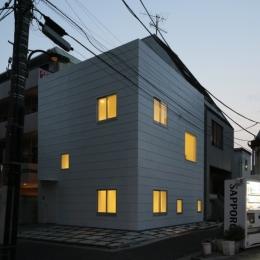 曙橋の家 / 都心の小さな家-外観 / 北東面の夕景