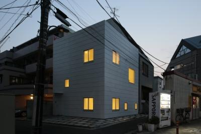 曙橋の家 / 都心の小さな家 (外観 / 北東面の夕景)