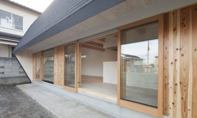 武蔵増戸の家 / 郊外の庭家 (外観 / 軒下2)