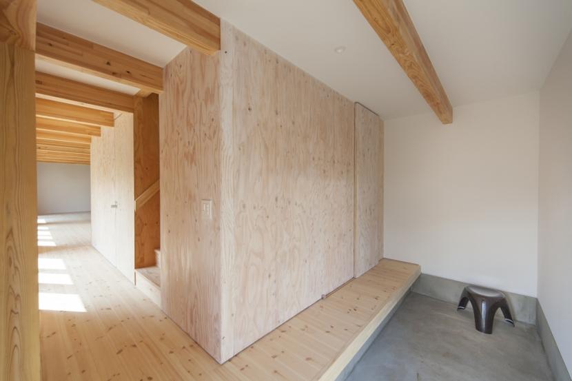 武蔵増戸の家 / 郊外の庭家 (玄関 / 広い玄関)