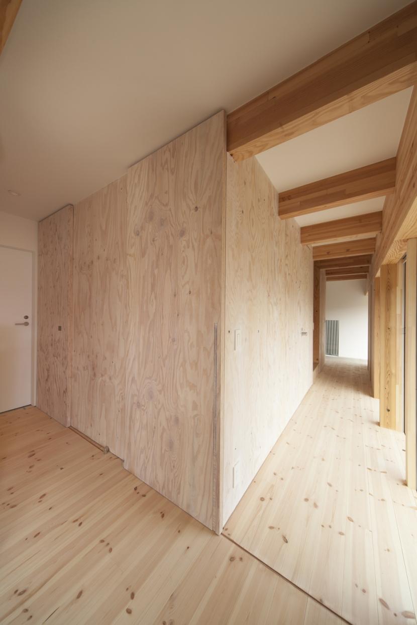 武蔵増戸の家 / 郊外の庭家 (廊下 / 明るい縁側2)