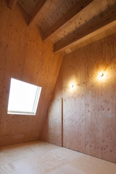 武蔵増戸の家 / 郊外の庭家 (寝室 / 木の温もり)