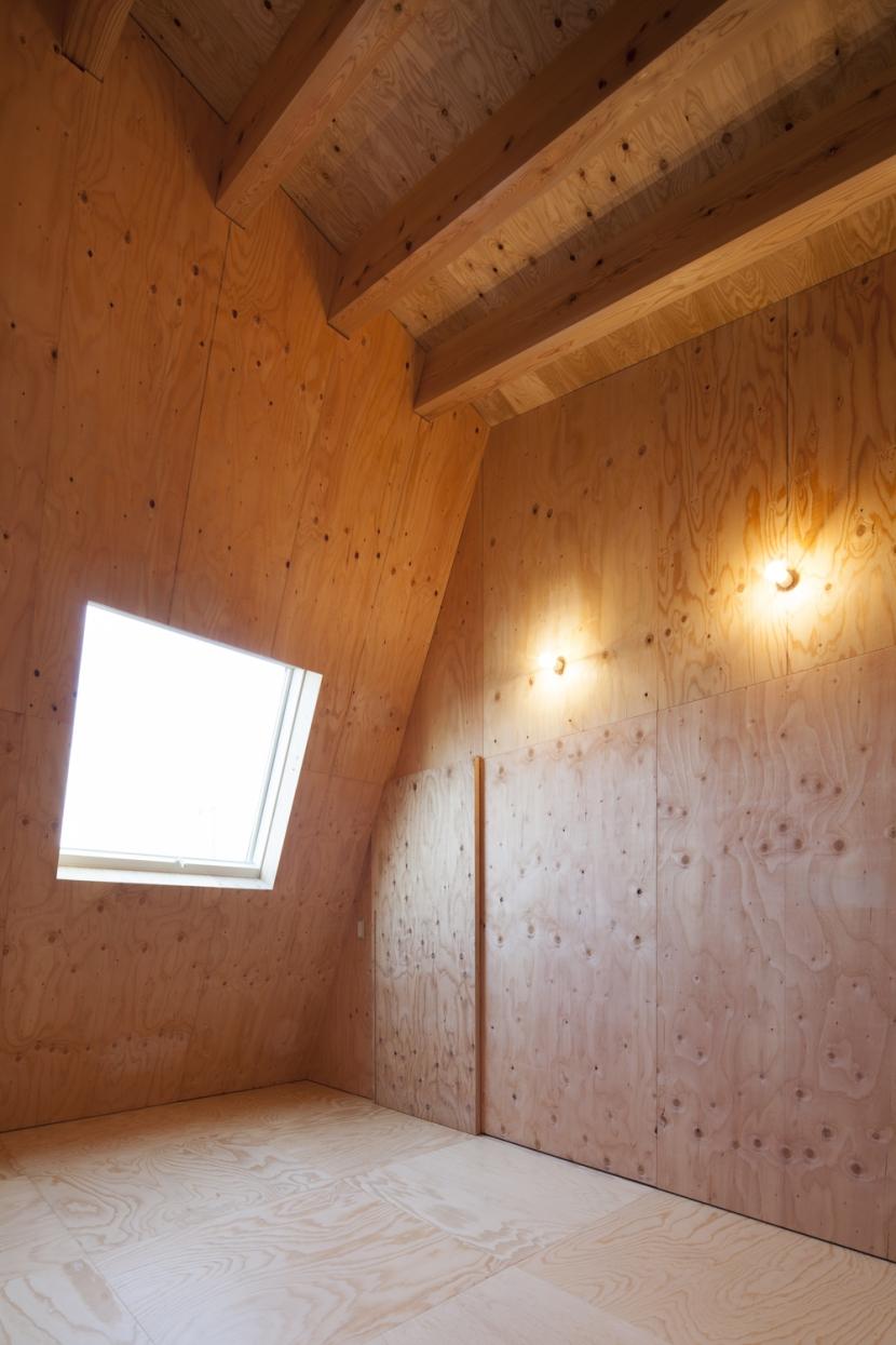 武蔵増戸の家 / 郊外の庭家の部屋 寝室 / 木の温もり