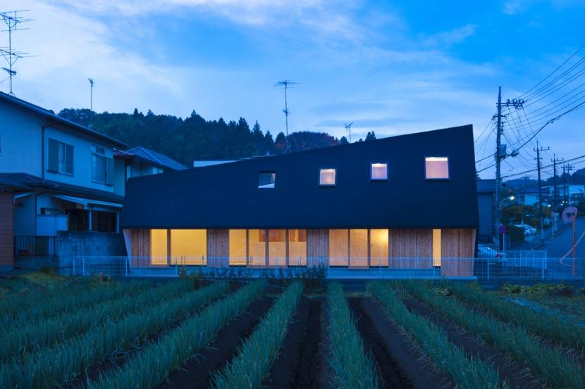 武蔵増戸の家 / 郊外の庭家の部屋 外観 / 東正面の夕景