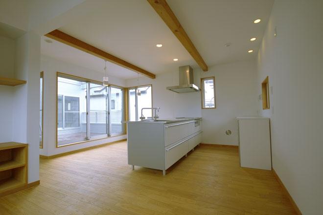栗の床と漆喰壁の家