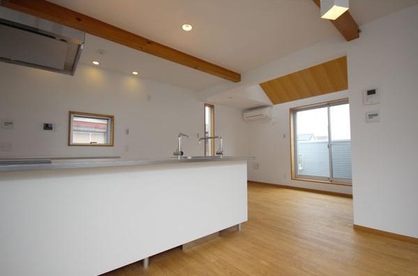 栗の床と漆喰壁の家の写真 キッチン