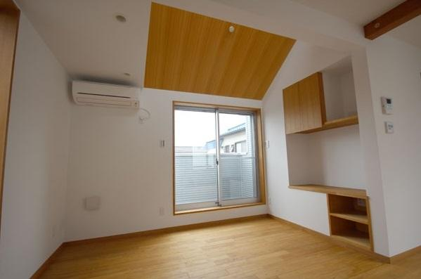 栗の床と漆喰壁の家の部屋 リビング