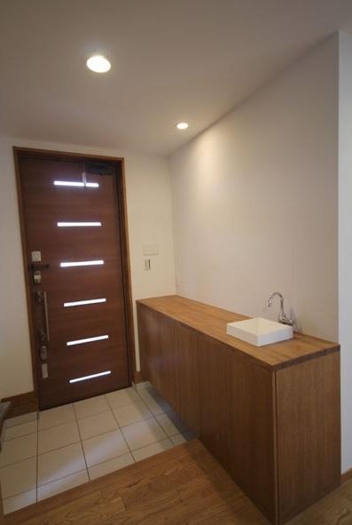 栗の床と漆喰壁の家の部屋 玄関