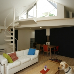 オウチ14・ネコと犬と暮らす家 (らせん階段のあるリビング)