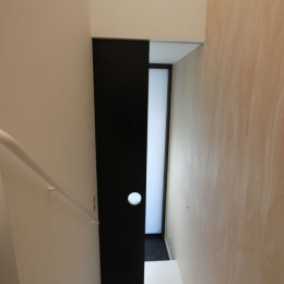 ネコと犬と暮らす家・オウチ14 (ワンちゃんドアのある階段)