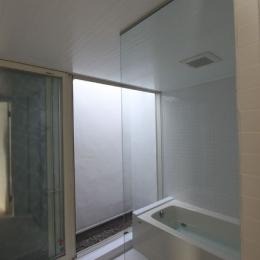 ネコと犬と暮らす家・二世帯住宅OUCHI-14 (光庭のある浴室)