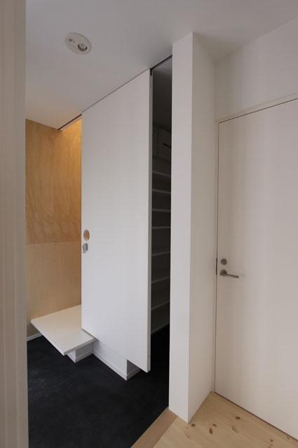 ネコと犬と暮らす家・二世帯住宅OUCHI-14 (玄関・靴入れ)