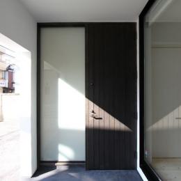 ネコと犬と暮らす家・二世帯住宅OUCHI-14 (玄関ドア)