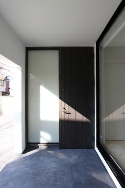 玄関ドア (ネコと犬と暮らす家・二世帯住宅OUCHI-14)