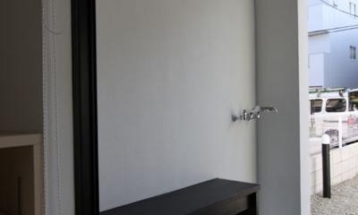 ネコと犬と暮らす家・二世帯住宅OUCHI-14 (玄関・犬足洗い場)