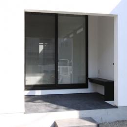 ベンチのあるポーチ (ネコと犬と暮らす家・二世帯住宅OUCHI-14)
