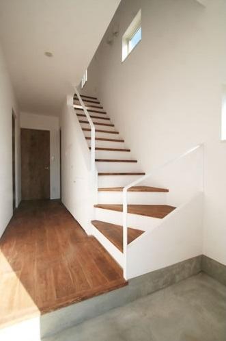シンプルに暮らす 三室の家の部屋 階段(下部)
