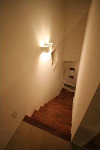シンプルに暮らす 三室の家の部屋 階段(上部)