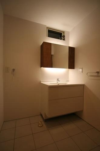 シンプルに暮らす 三室の家 (洗面所)