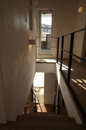 公園で日向ぼっこ&笑顔になれる家の部屋 階段(上部)