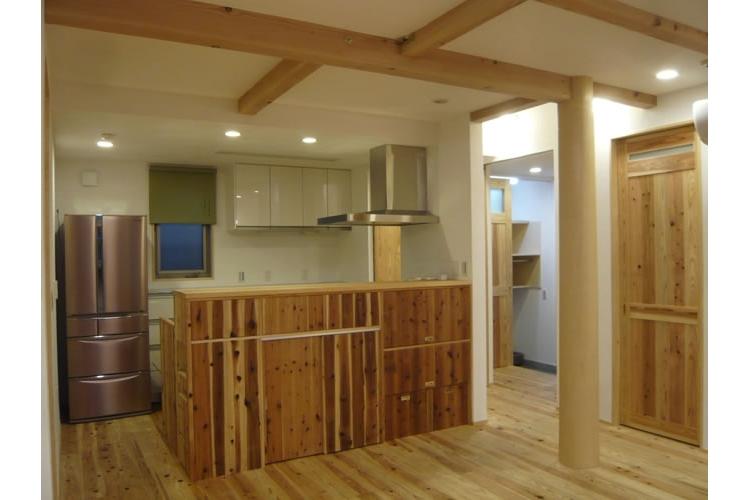 景色をとり込むウッドデッキのある家の写真 キッチン