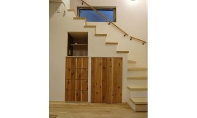 景色をとり込むウッドデッキのある家 (階段下収納)